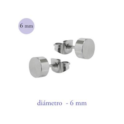 Un pendiente en forma de disco de 6mm de díametro de acero quirúrgico color acero.