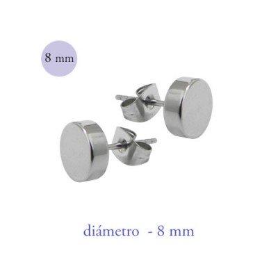 Un pendiente en forma de disco de 8mm de díámetro de acero color acero.