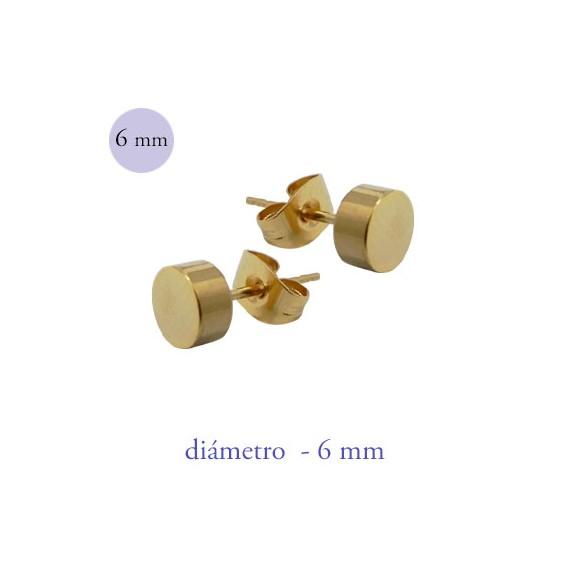 Un pendiente en forma de disco de 6mm de díámetro de acero color dorado.