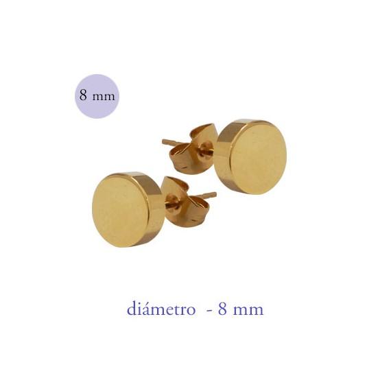Un pendiente en forma de disco de 8mm de díámetro de acero color dorado.