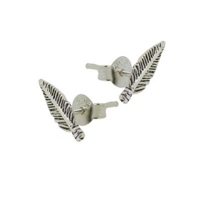 Un pendiente de plata en forma de pluma, 6mm de largo